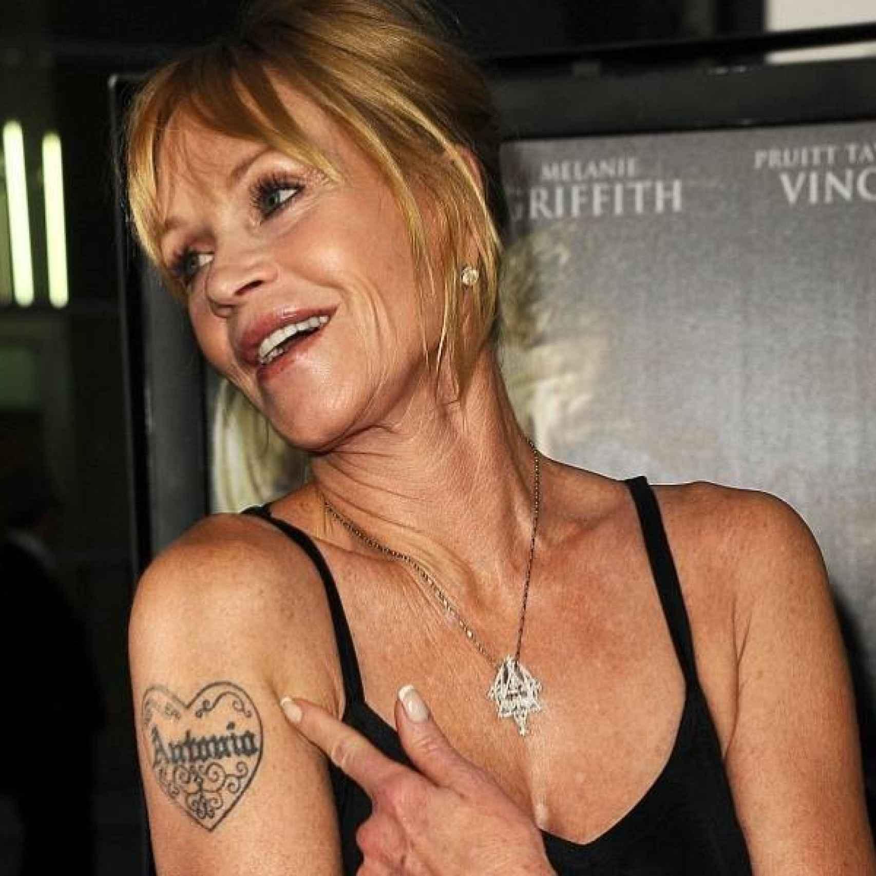 Melanie Griffith mostrando su tatuaje de Antonio Banderas