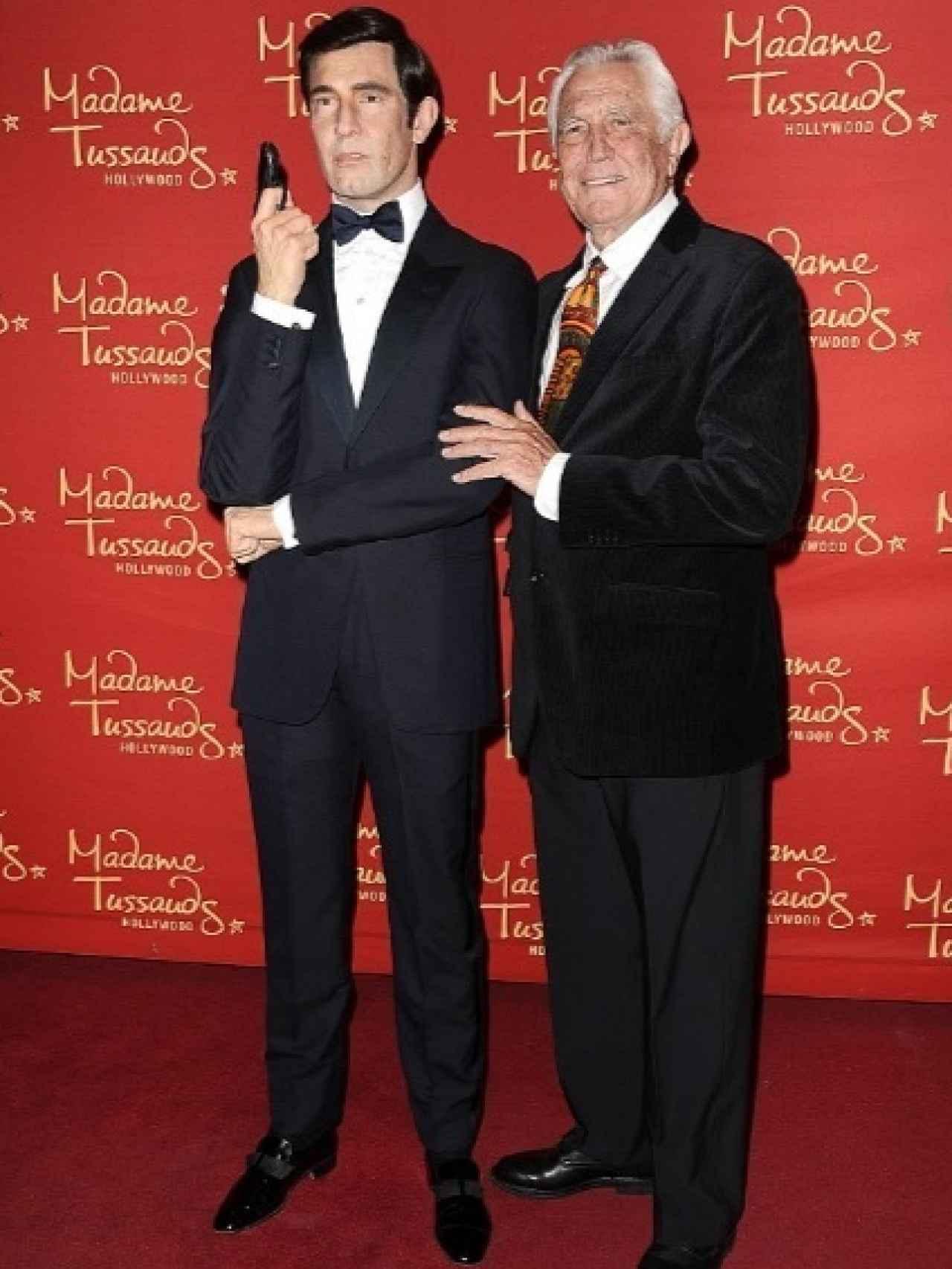George Lazenby con su figura de James Bond en el museo Madame Tussauds