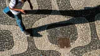 Un brasileño consulta su móvil