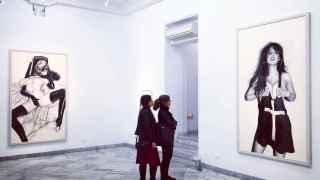 Dos visitantes de la Galería Fernando Pradilla, ante la obra de Casas.