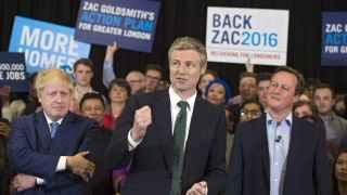 El actual alcalde de Londres posa junto a Goldsmith y David Cameron.