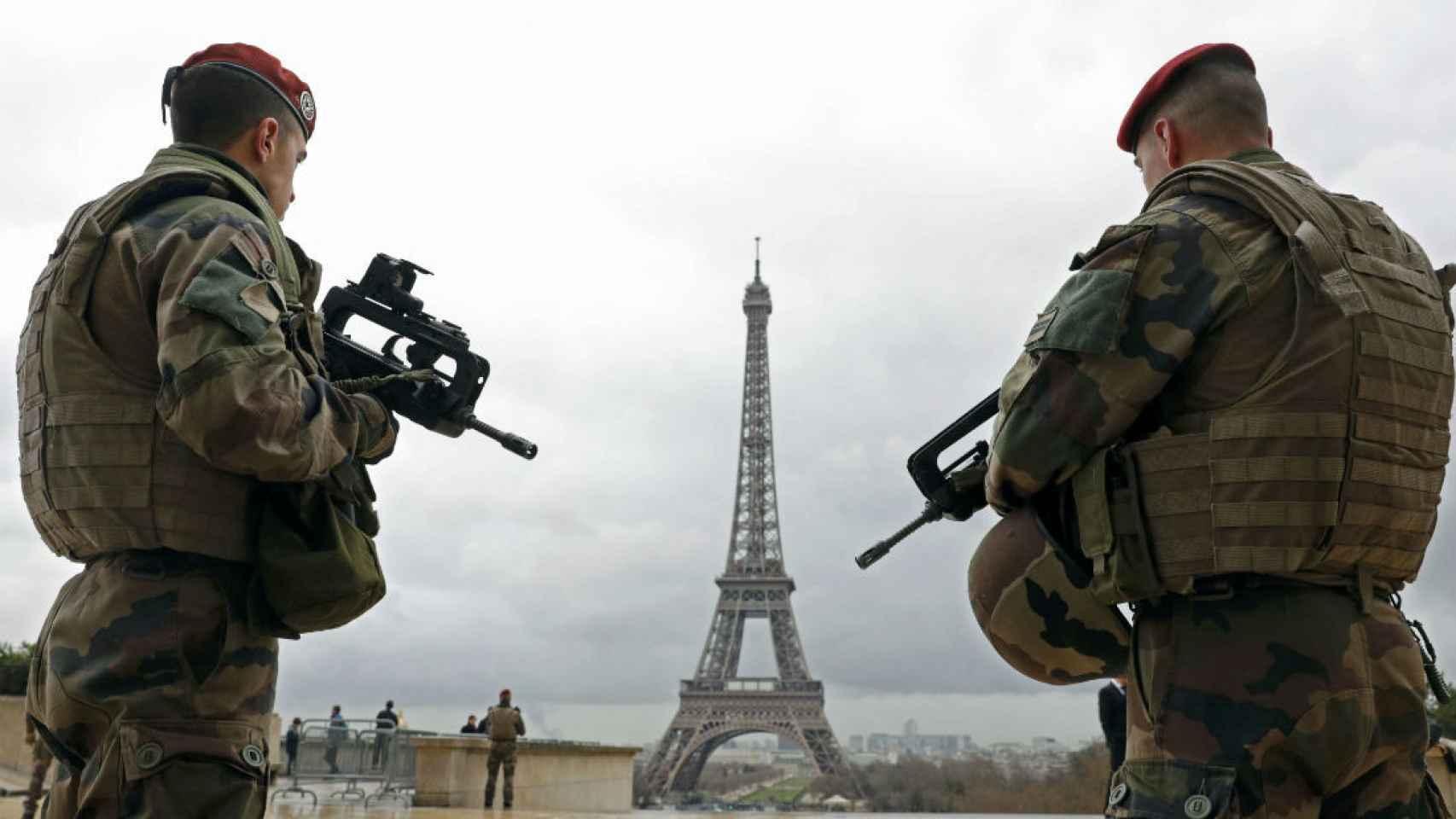 Patrulleros franceses frente a la torre Eiffel el pasado marzo.