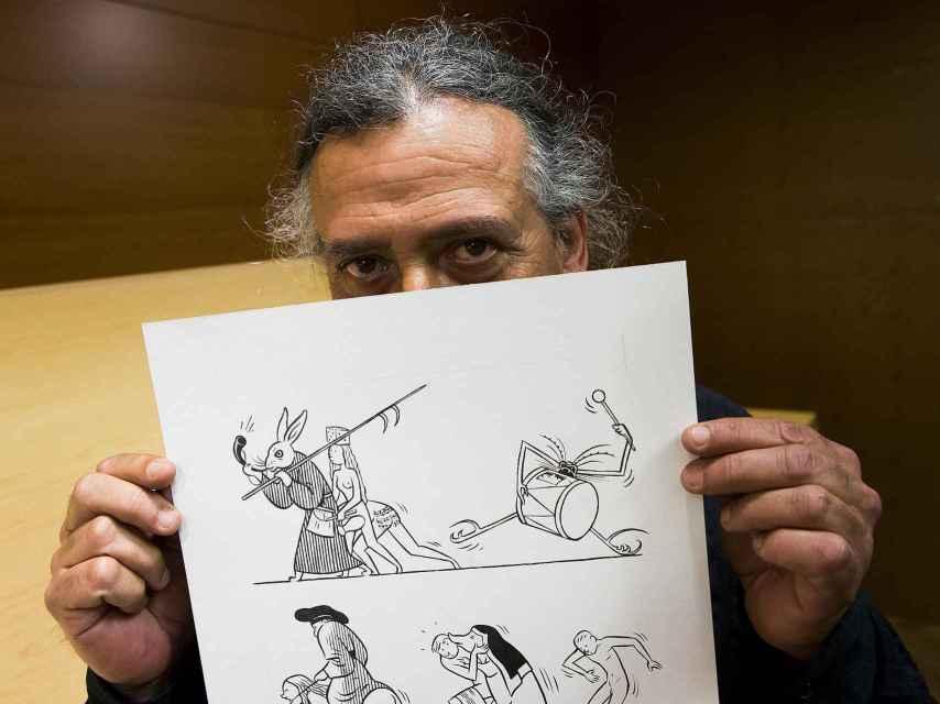 El dibujante Max muestra una de las páginas originales del cómic.