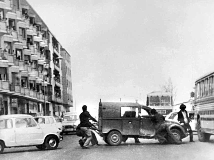 Colocan un vehículo para obstaculizar el paso los jeeps de la Policía, en Álava.
