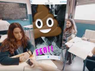 Fotograma del vídeo en el que la niña acosada recibe un mensaje denigrante en su móvil