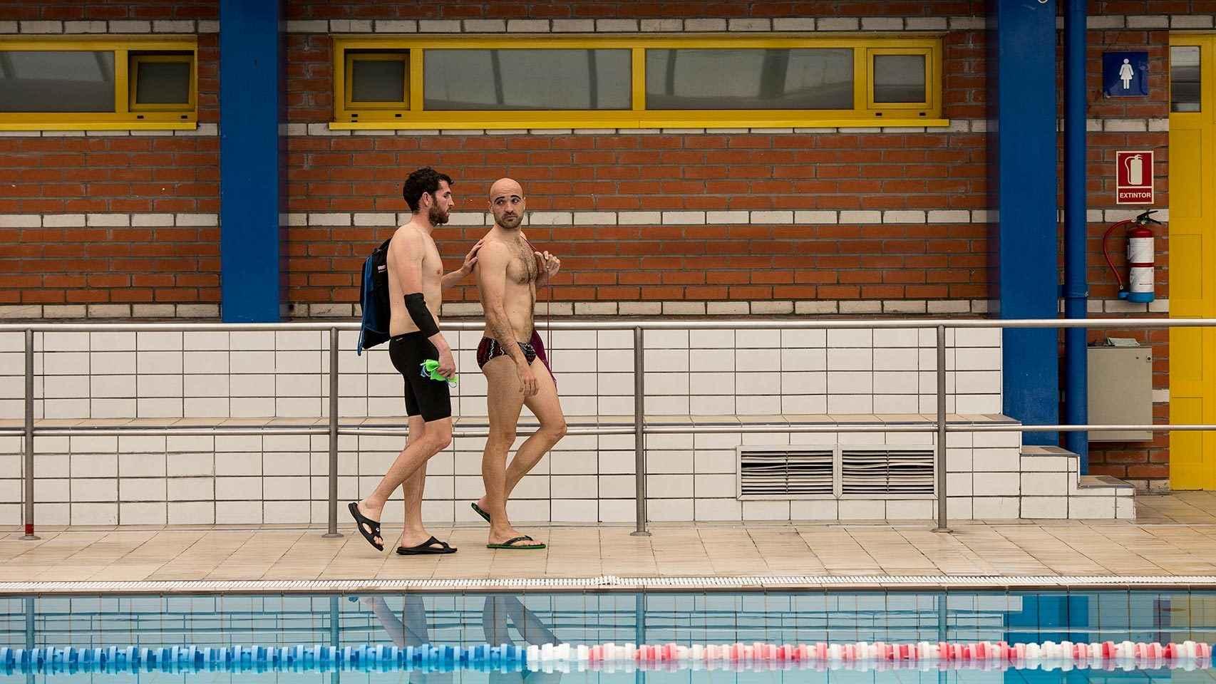 Jota abandona la piscina junto a su guía, Nacho.