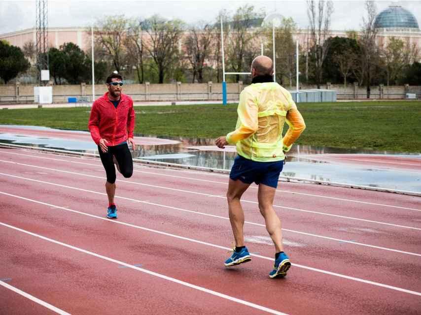 Jota corre unos metros separado de Nacho para mejorar su coordinación.