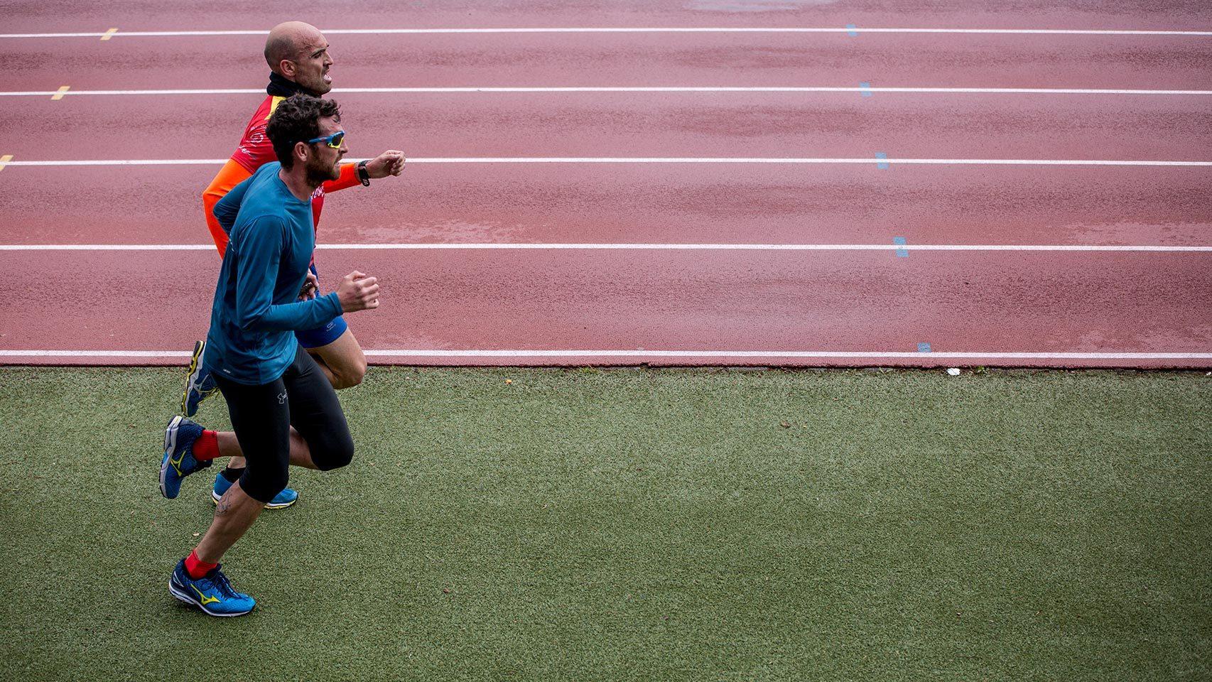 Jota y Nacho corren perfectamente coordinados, paso a paso.