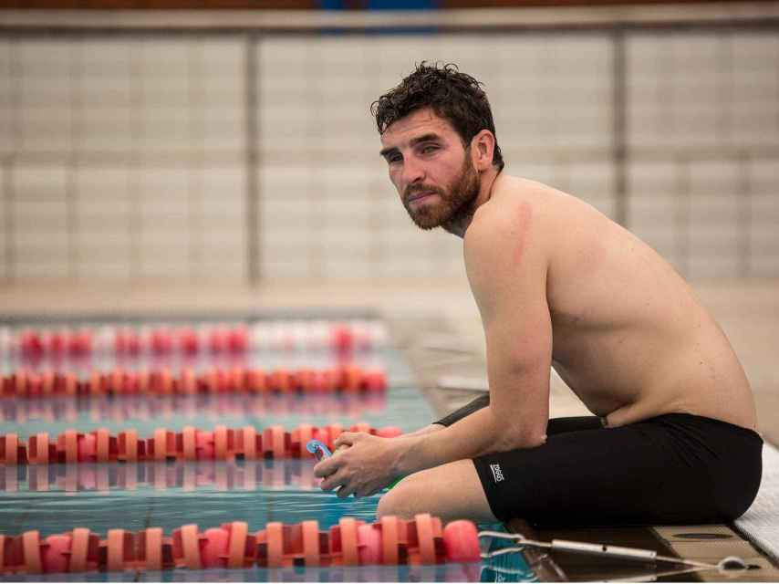 Jota posa en la piscina tras entrenar con el equipo de triatlón.