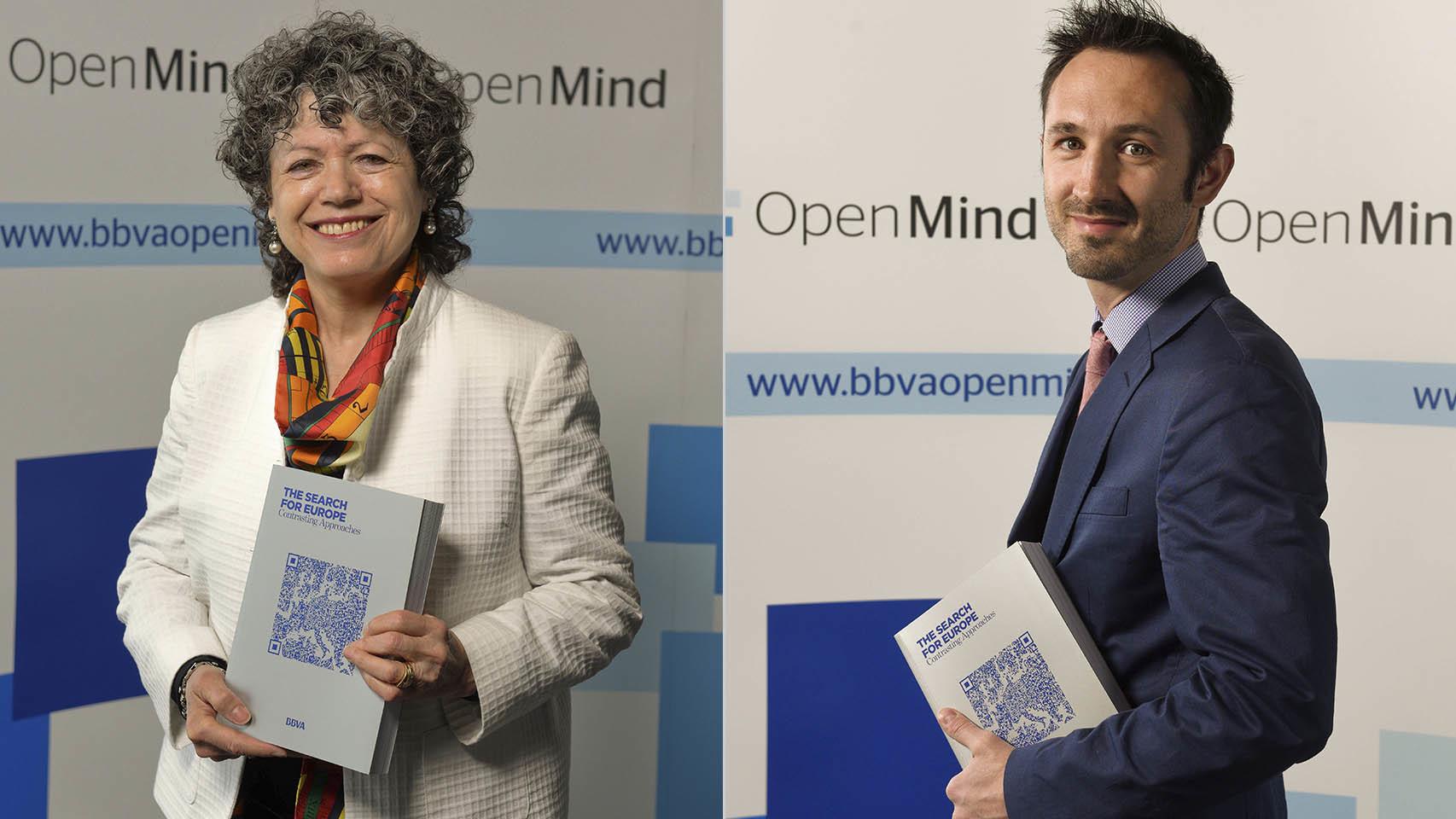 Los profesores Schmidt y Bickerton, en la presentación del libro La búsqueda de Europa.