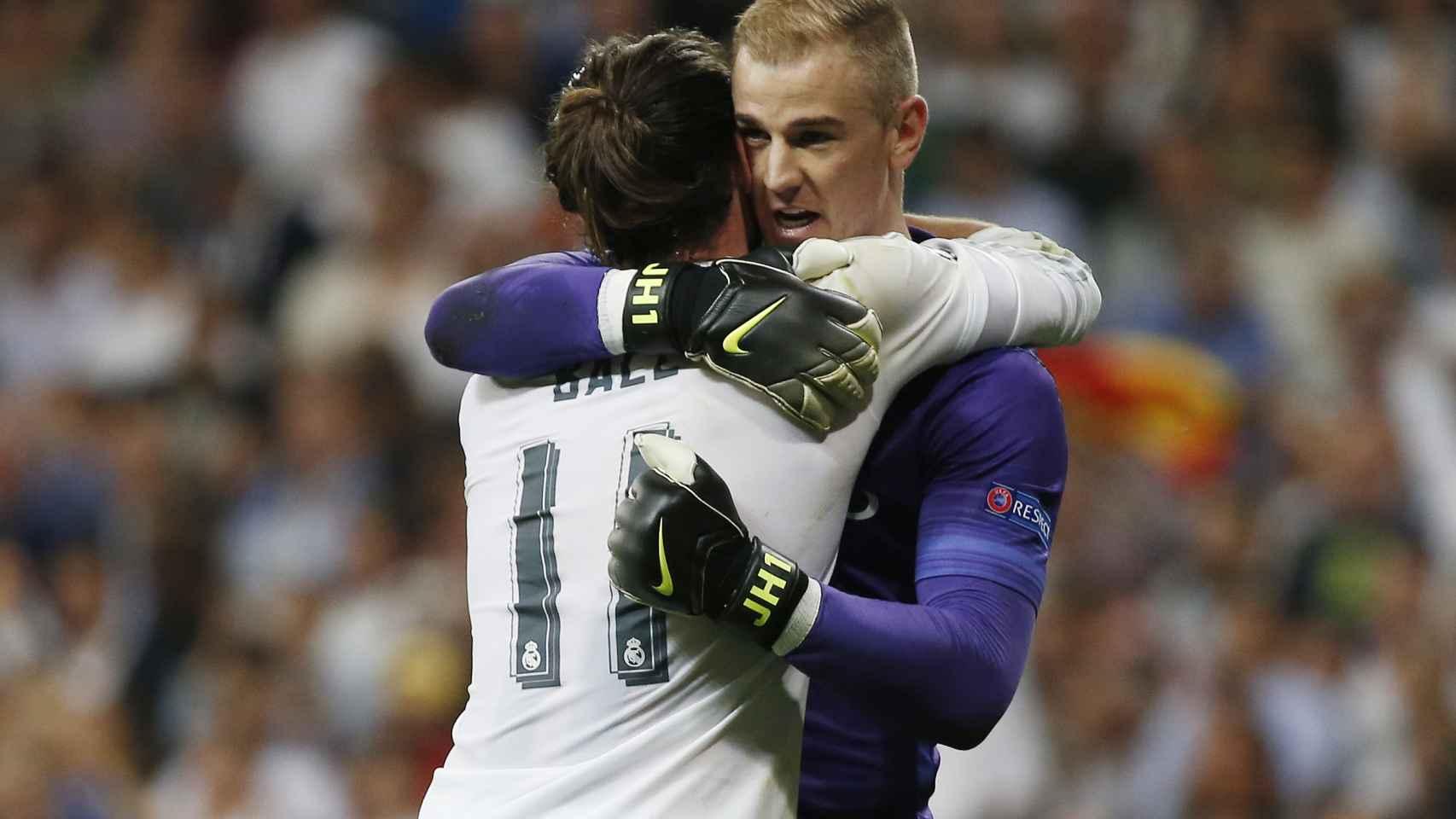 Bale consuela a Hart tras el partido.