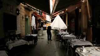 Camarero en una terraza de Sevilla