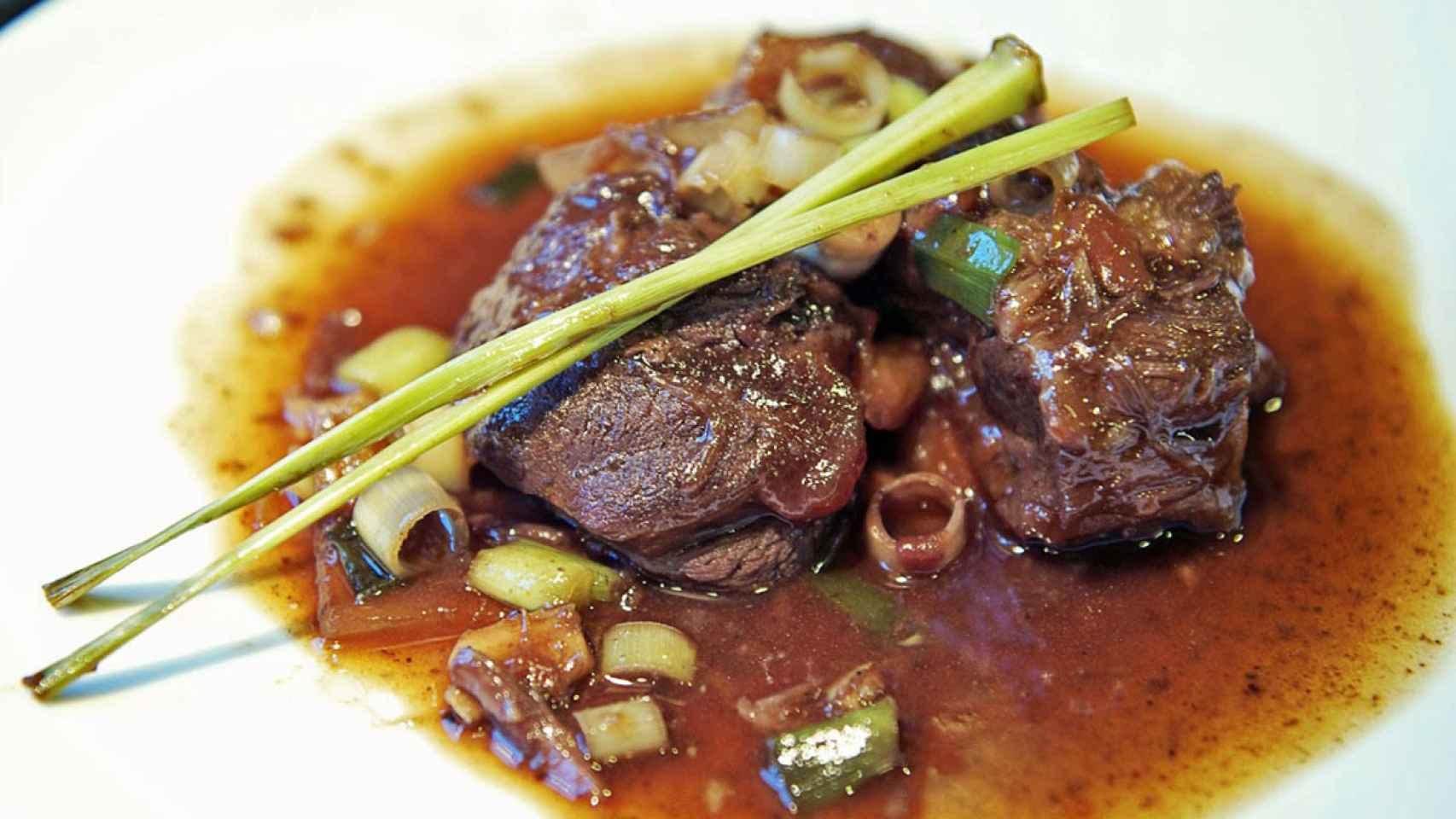 Un plato de rabo de toro con un aspecto delicioso.