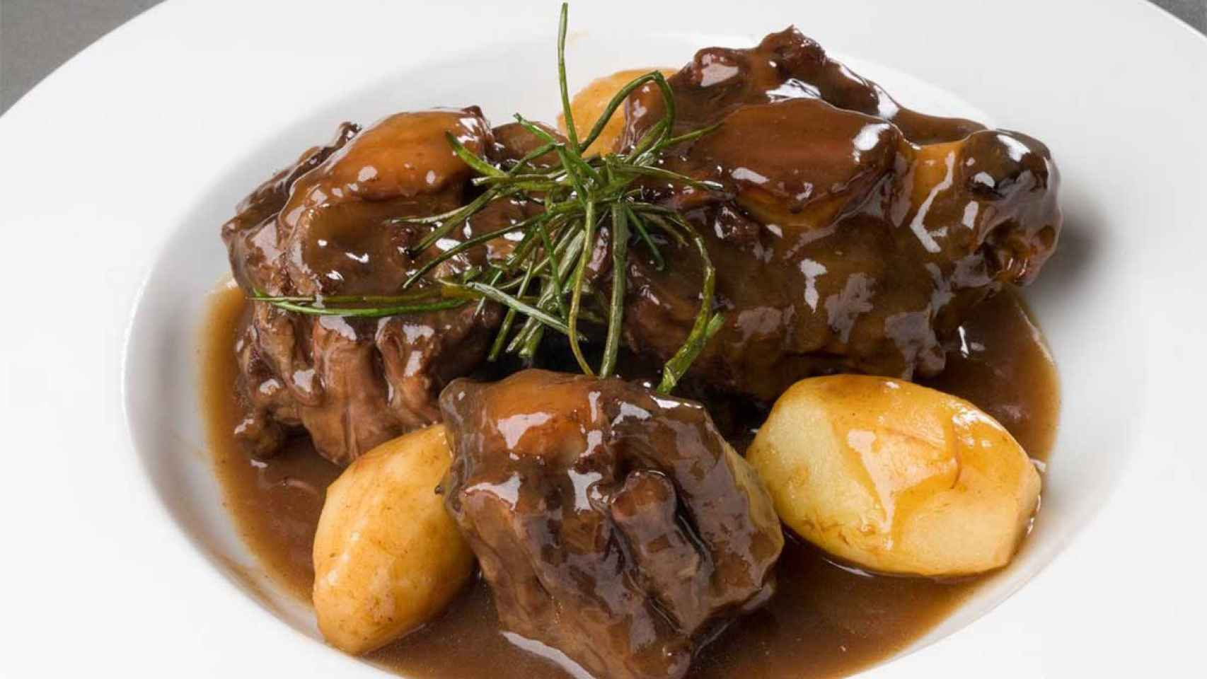 Al cocinar este plato, la carne debe quedar bien tierna.