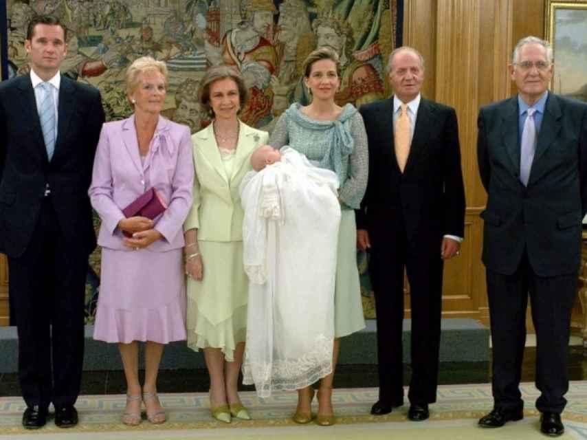 Los padres de Iñaki Urdangarín con los Reyes eméritos en el bautizo de su nieta Irene