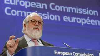 Arias Cañete, en rueda de prensa como comisario europeo de Acción por el Clima y Energía. / EFE