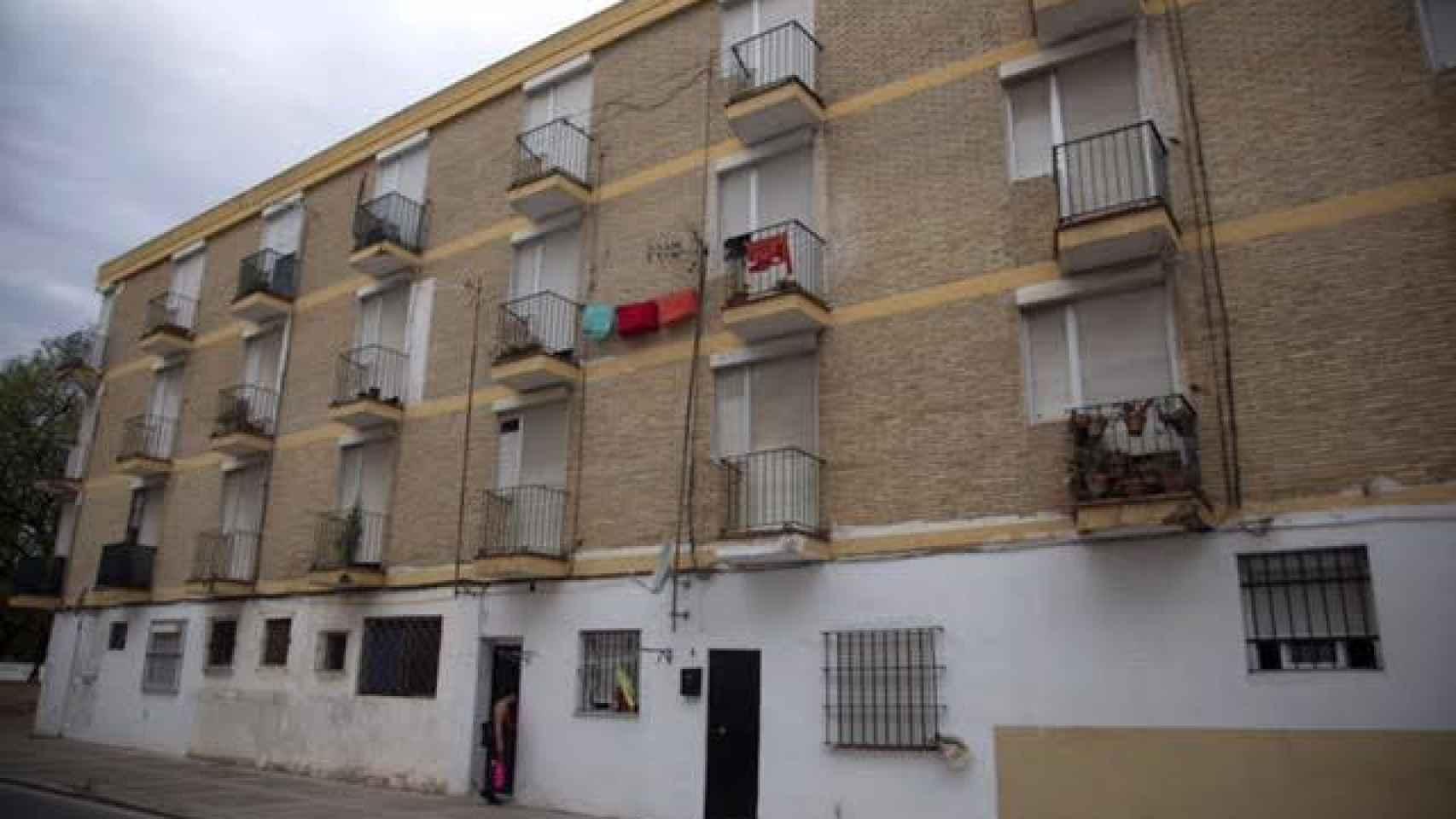 Fachada del 'bloque de las viudas', situado en la barriada de La Plata de Jerez. /Fernando Ruso