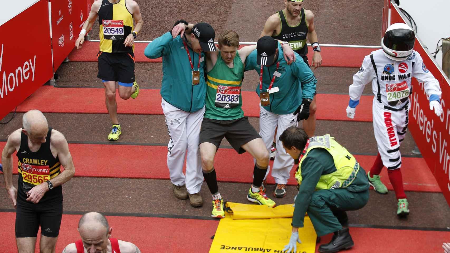 Un corredor en un maratón recibe asistencia médica.