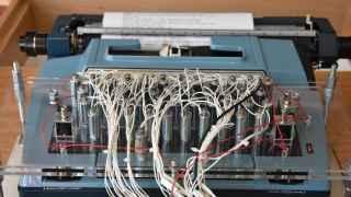 Instalación de la máquina de escribir conectada a Twitter mientras escribe obras de Shakespeare.