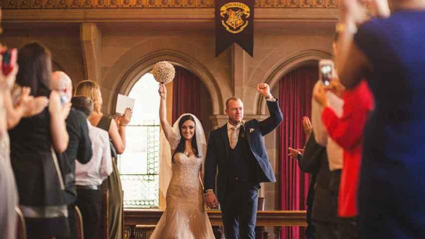 La pareja, ya casada, con un banderín de las películas en el fondo.