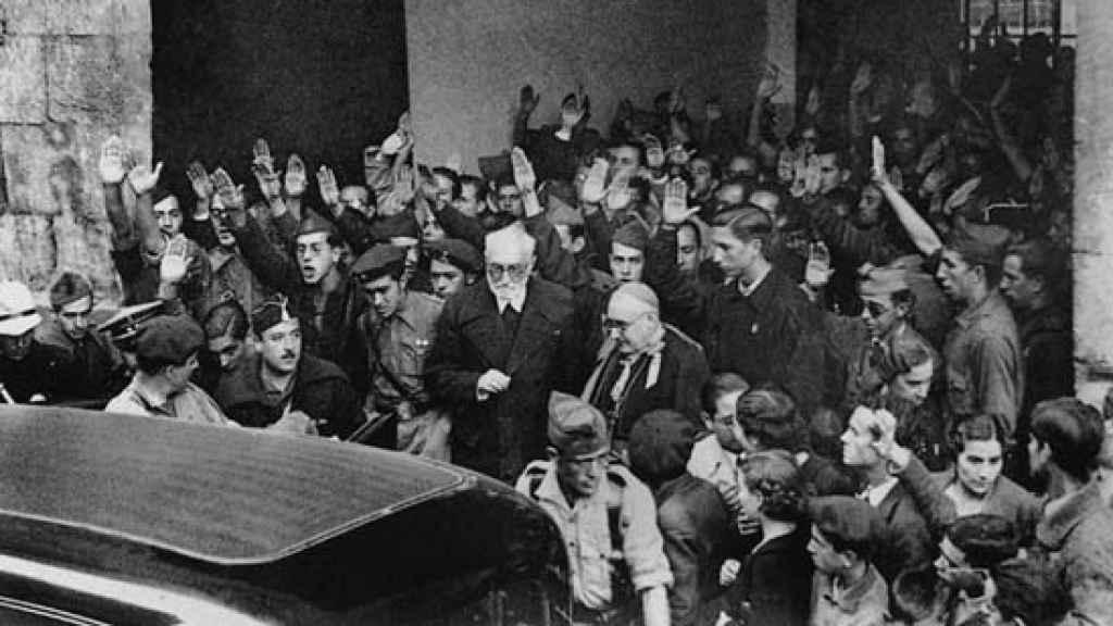 Unamuno, acosado por los falangistas, a la salida de la Universidad tras el enfrentamiento con Astray.