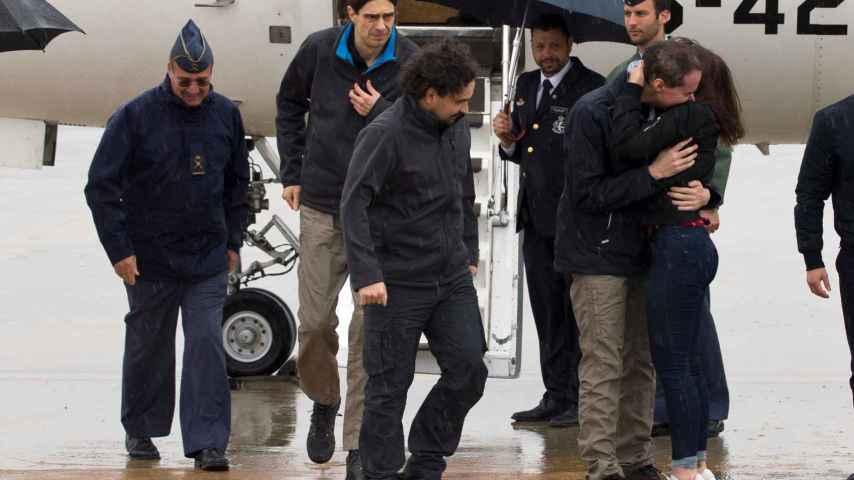 Pampliega, López y Sastre a su llegada al aeropuerto de Torrejón.