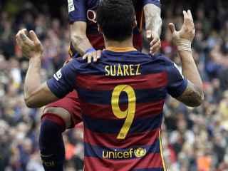 Suárez y Neymar celebran un gol al Espanyol.