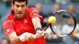 Novak Djokovic devuelve una bola a Andy Murray en la final de Madrid.