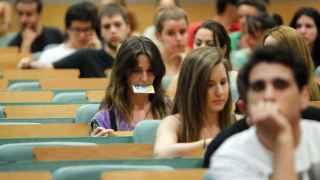 Varios estudiantes en un aula de la Universidad Pompeu Fabra  de Barcelona.