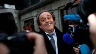 Michel Platini atiende a las cámaras.