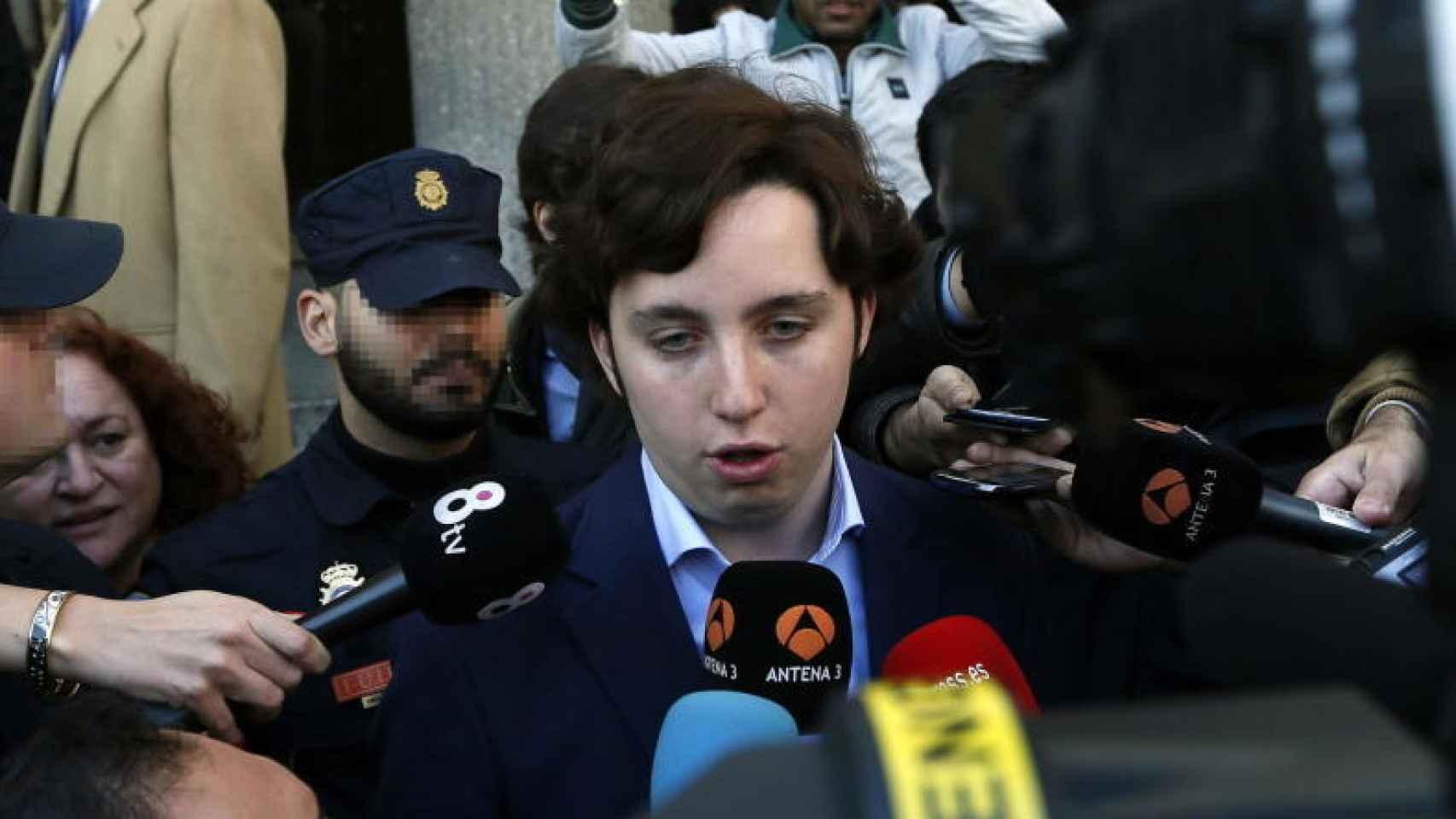El 'pequeño Nicolás' atiende a la prensa.