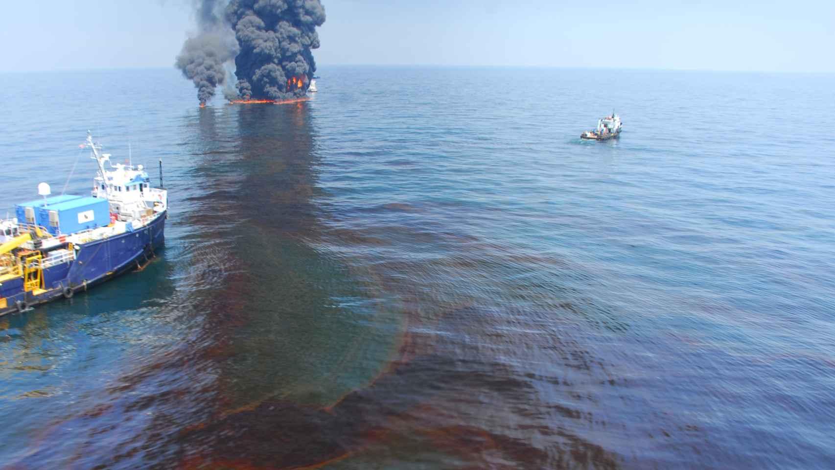 Fuegos controlados en el vertido del Deepwater Horizon en junio de 2010.