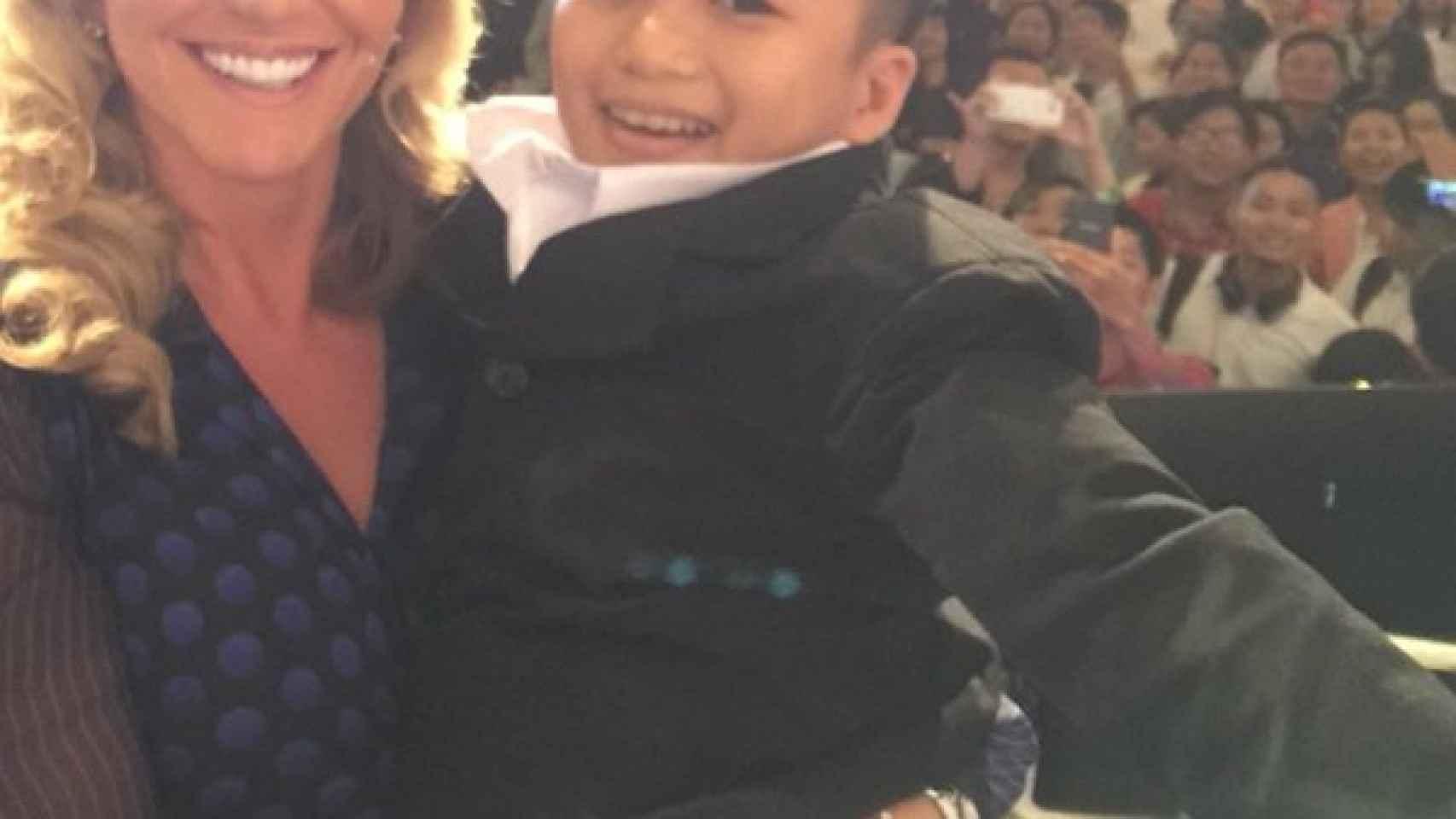 Michelle Mone haciéndose un selfie con Nguyen Tán Phát