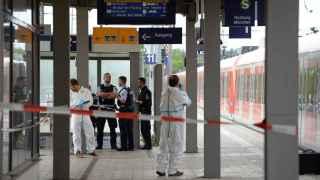 Investigadores forenses inspeccionan un vagón de tren en la estación de Grafing