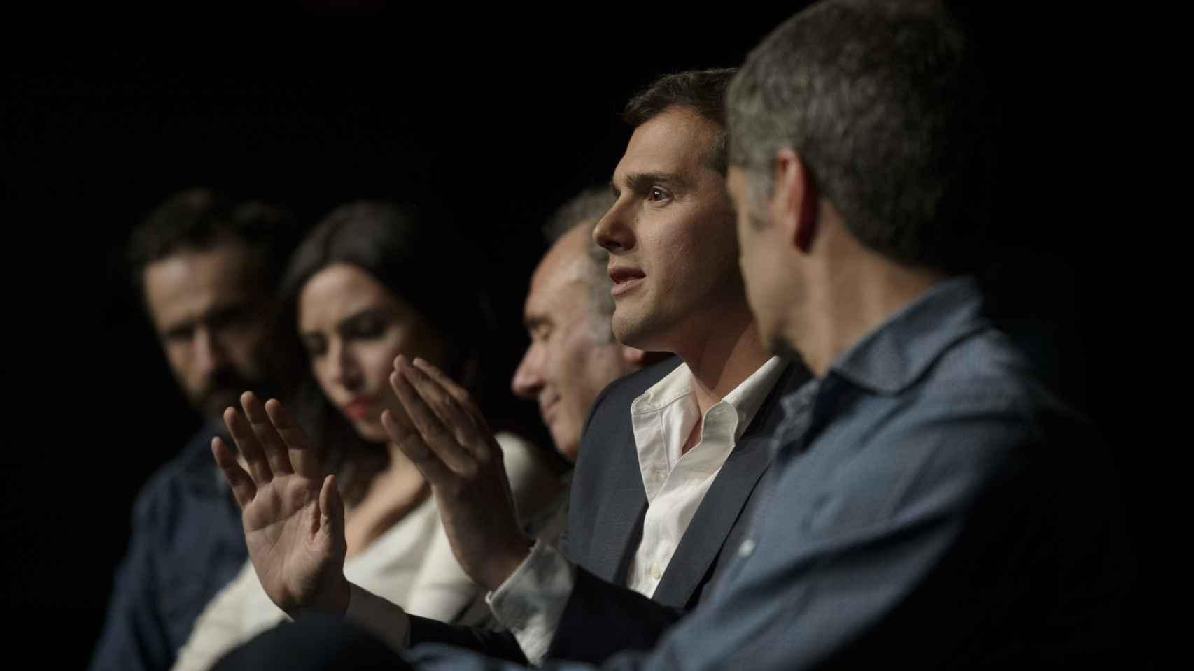 De izquierda a derecha: los actores Pepe Ocio, Marta Flich y Philip Rogers, y Albert Rivera y Toni Cantó.
