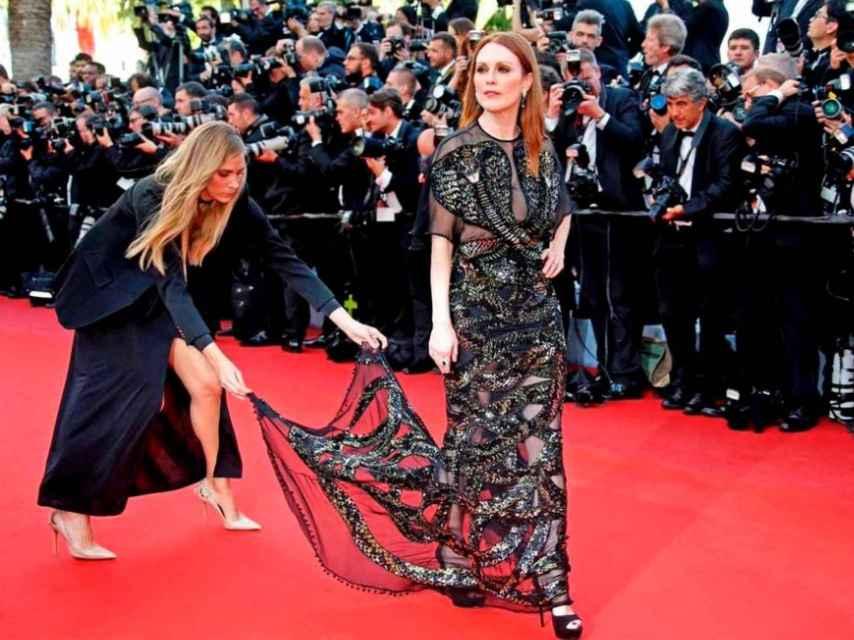 Julianne Moore se coloca en el photocall con su complicado vestido de Givenchy