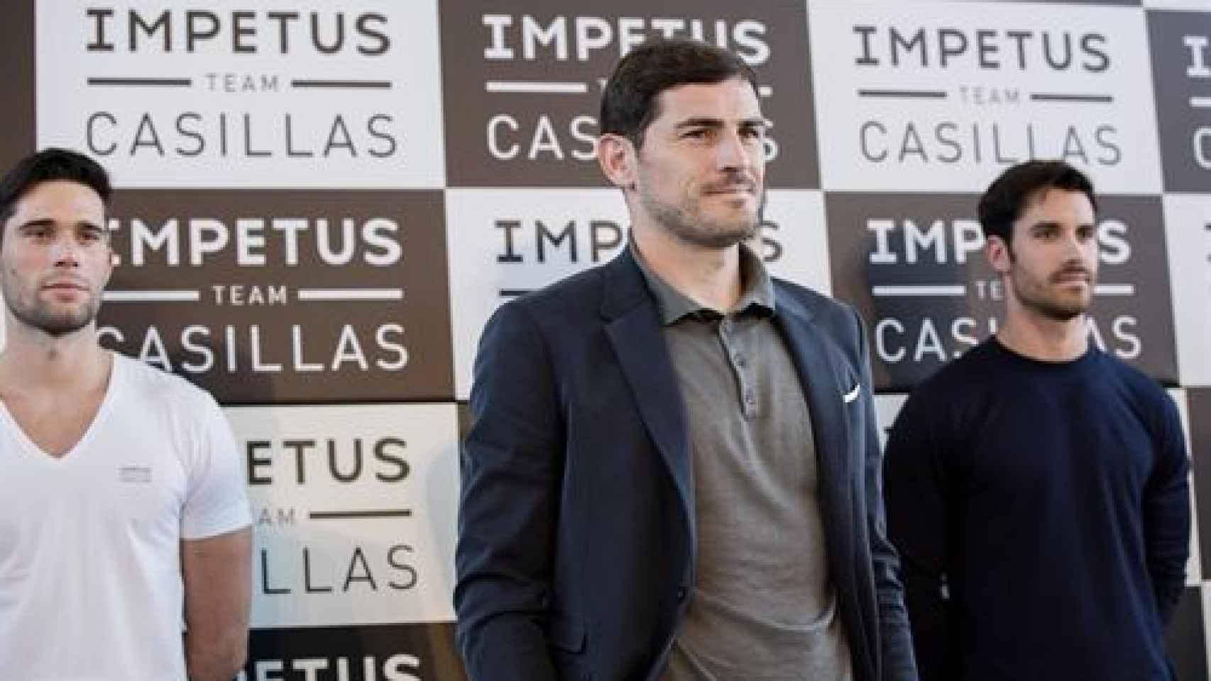 Iker Casillas posa con los modelos que mostraron la colección Impetus Team Casillas