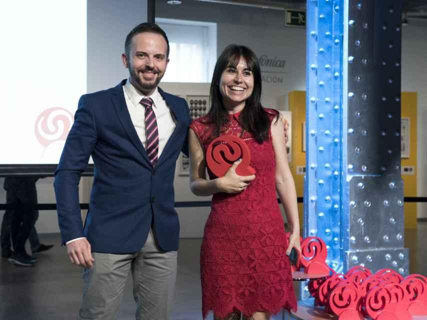 María Ramírez, subdirectora y fundadora, recogiendo el premio para EL ESPAÑOL.