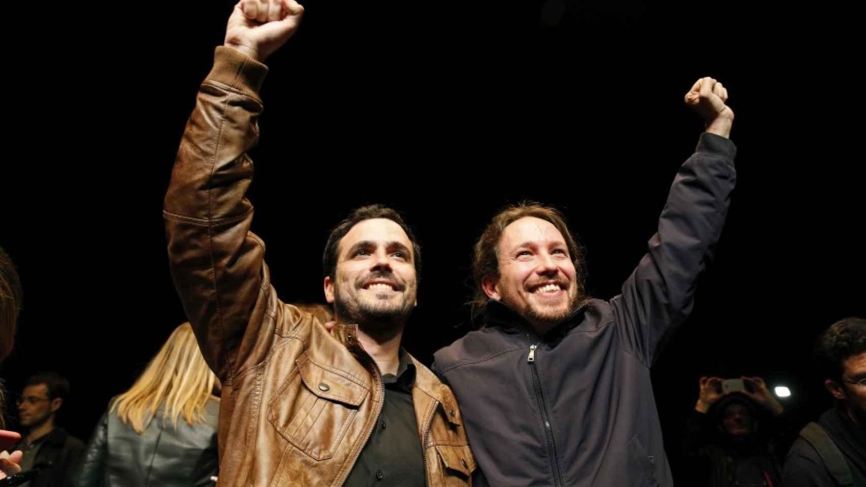 Alberto Garzón y Pablo Iglesias celebran el pacto.