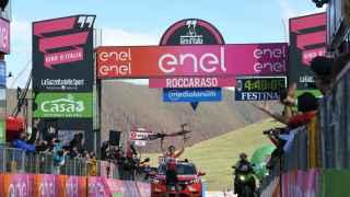 Wellens celebra la victoria, bicicleta en alto, sobre la misma línea de meta.