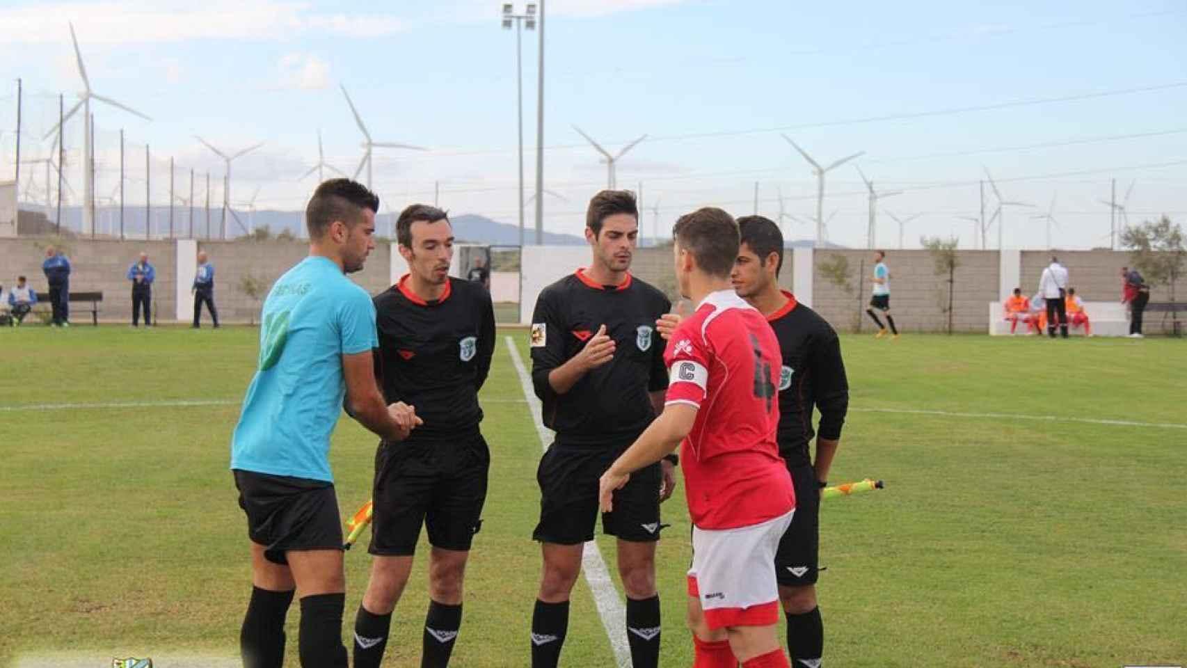 Tomillero Benavente en un sorteo de campos al inicio de un partido.