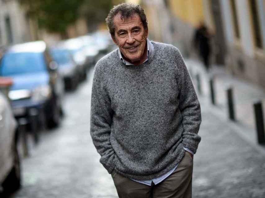 Sánchez Dragó pasea por el barrio de Malasaña.