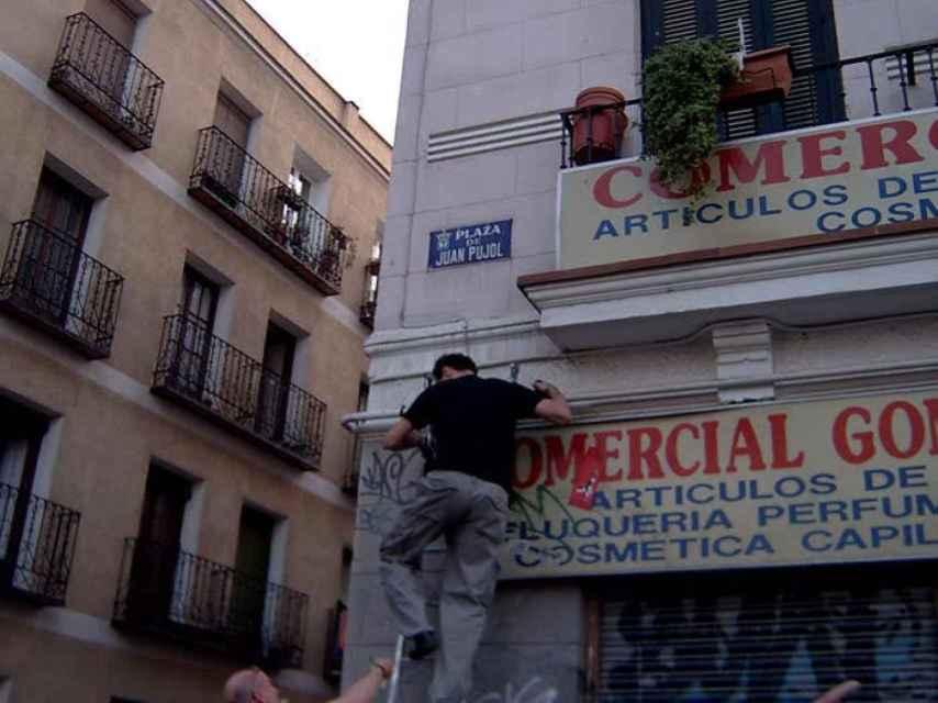 Sánchez Dragó quita la placa de la plaza de Juan Pujol.