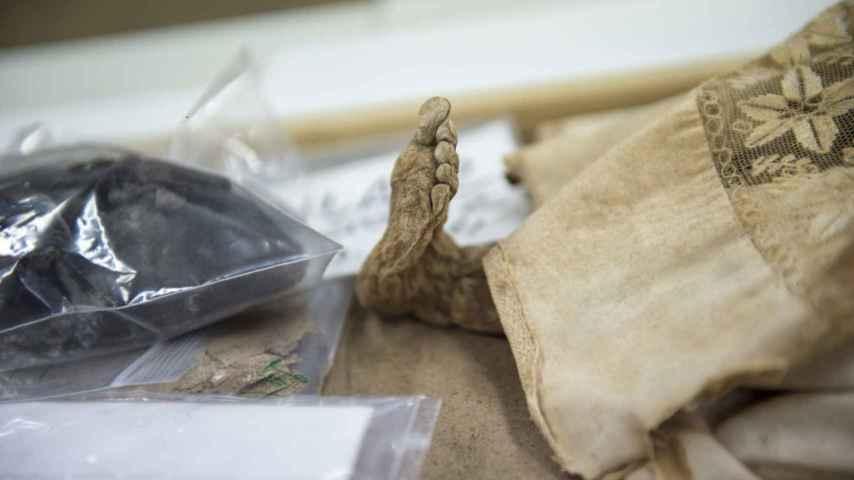 Detalle de una de las momias de los niños encontrados en la cripta.