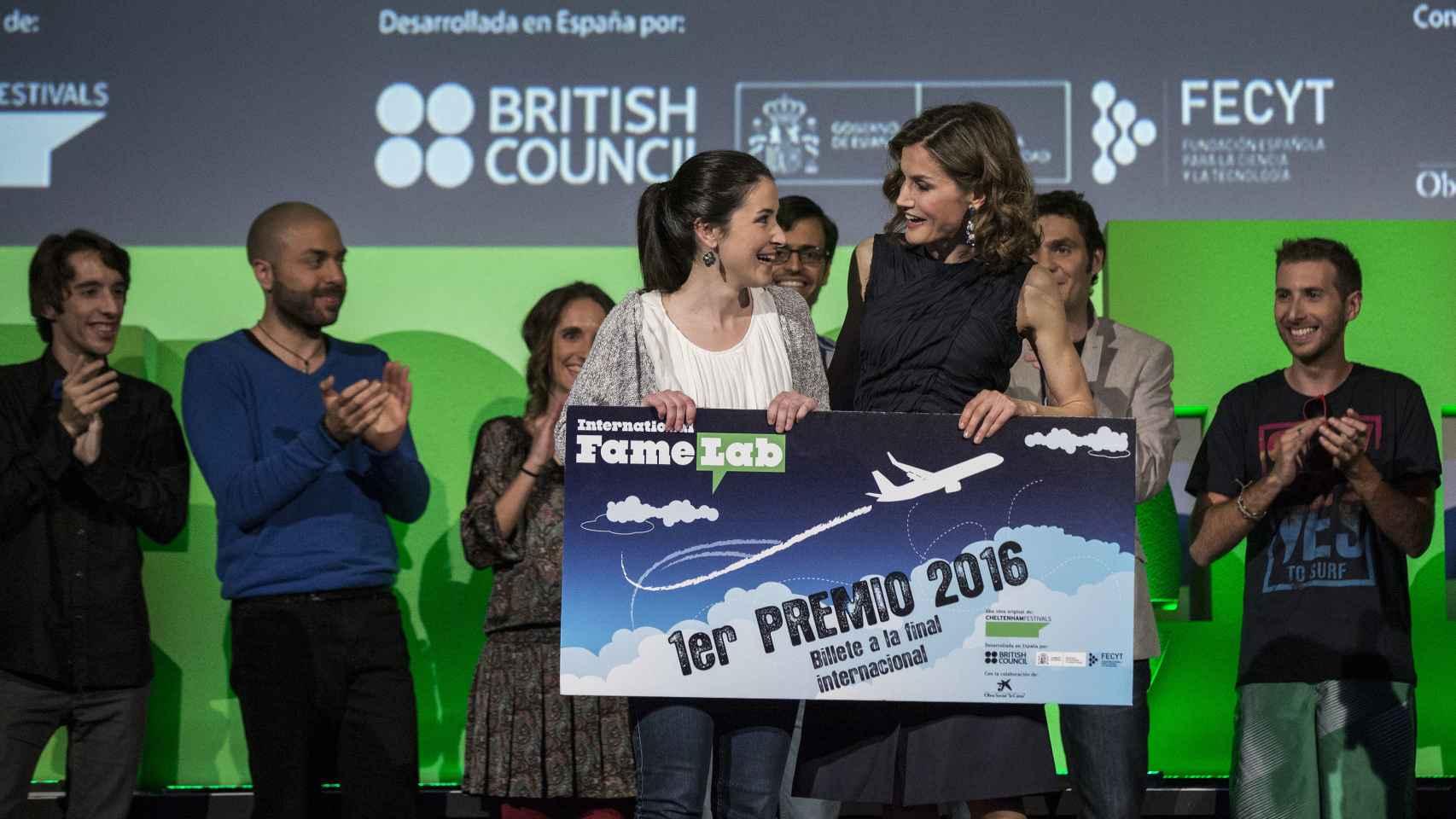 La reina Letizia entrega a Aguión el premio.