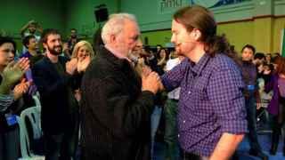 Pablo Iglesias se deshace en lágrimas ante Julio Anguita.