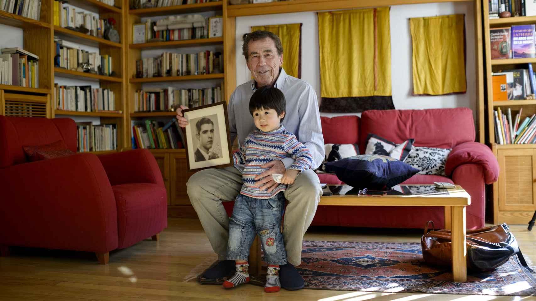 Sánchez Dragó posa junto a la foto de su padre y su hijo Akela.