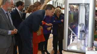 Felipe VI, Juan Carlos I y Manuela Carmena en el día de la innovación.