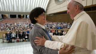 El Papa saluda a la monja misionera Carmen Sammut.