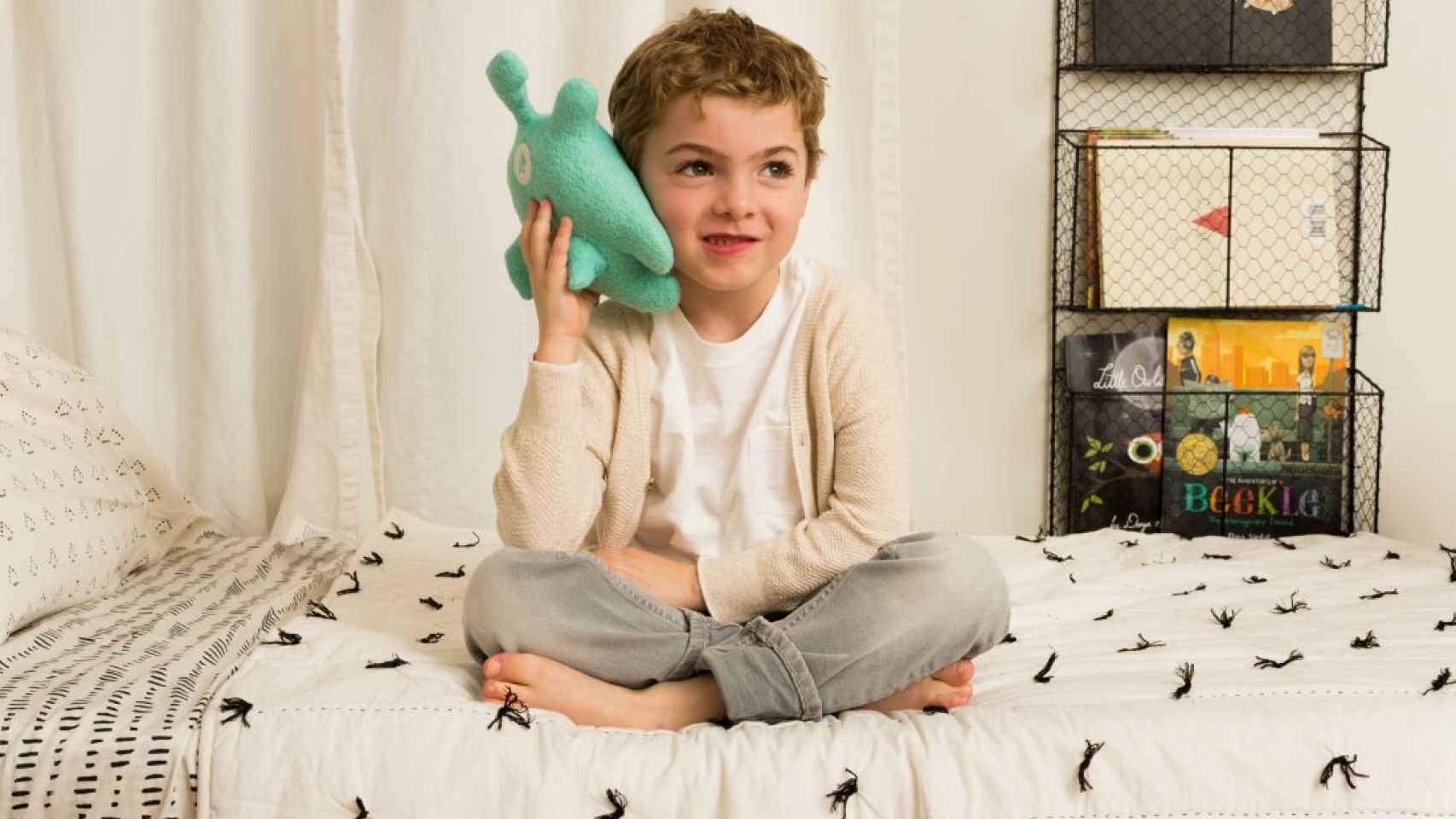 Un niño jugando con uno de los muñecos. /